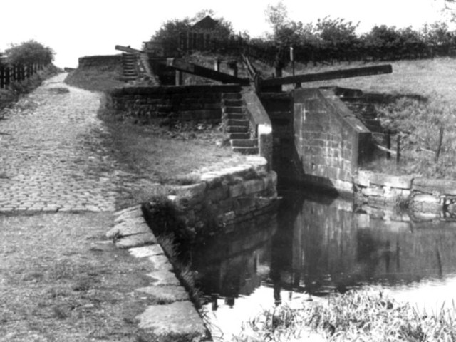 Hollinwood Branch Canal, Waterhouses